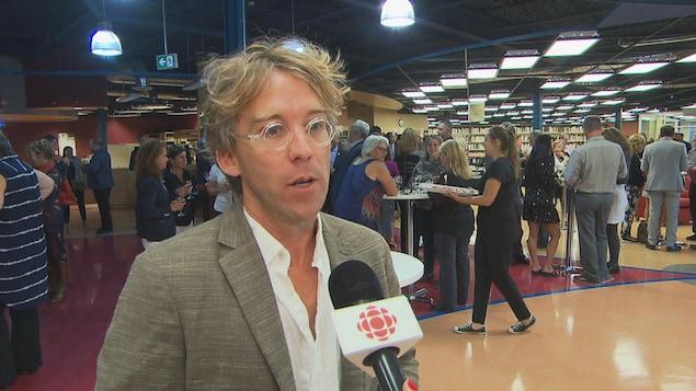 Fred Pellerin en entrevue à la caméra.