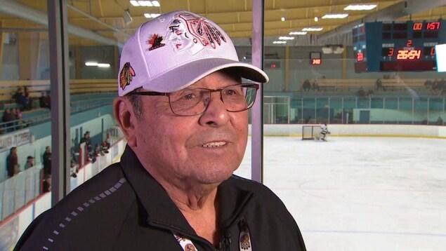 Le joueur de hockey se trouve dos à la patinoire (archives).
