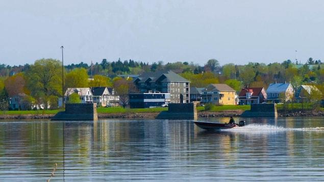 Maisons, Fredericton, bateau, fleuve.