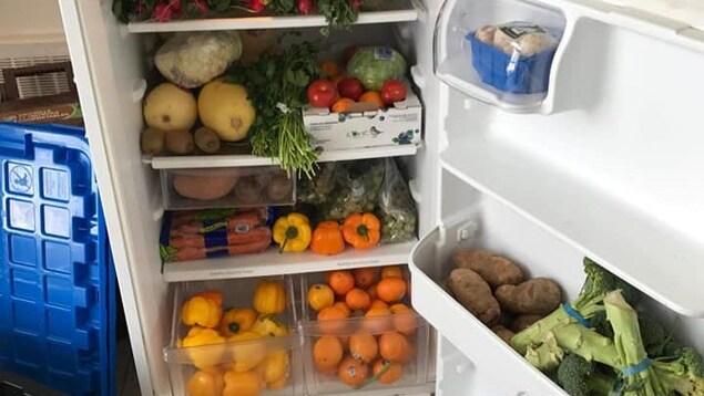 Le frigo communautaire de l'Université de Sherbrooke rempli de fruits et de légumes