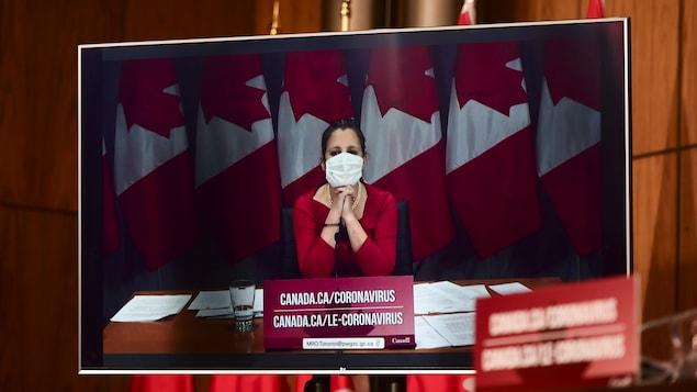 La ministre parle avec un masque.