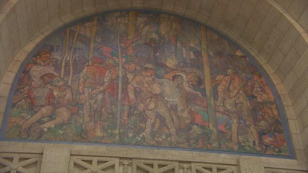 Image d'une peinture murale au-dessus de l'entrée de la chambre de l'Assemblée législative.