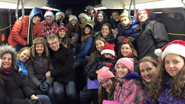 Des gens assis et debout dans un bus
