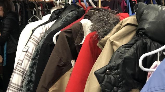Des vêtements d'hiver sur des cintres.