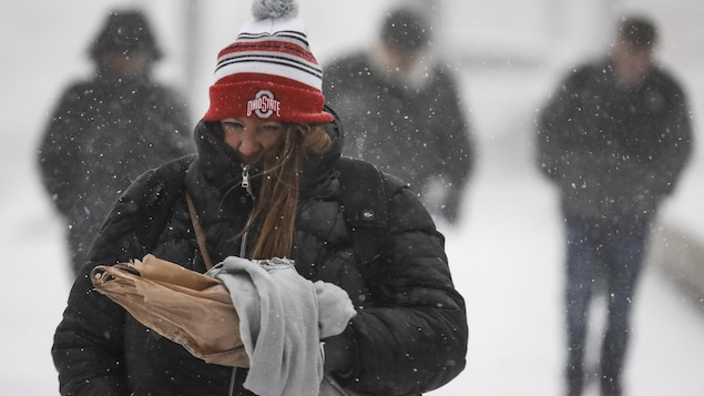 Une femme marche par grand froid.