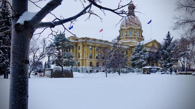 Le palais législatif albertain en hiver.
