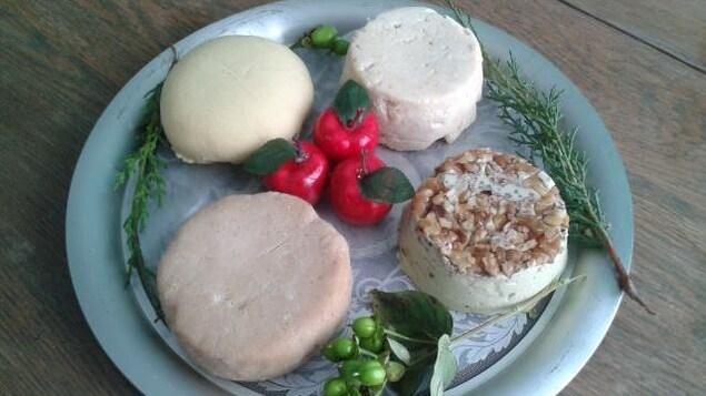 Un plateau de fromages véganes