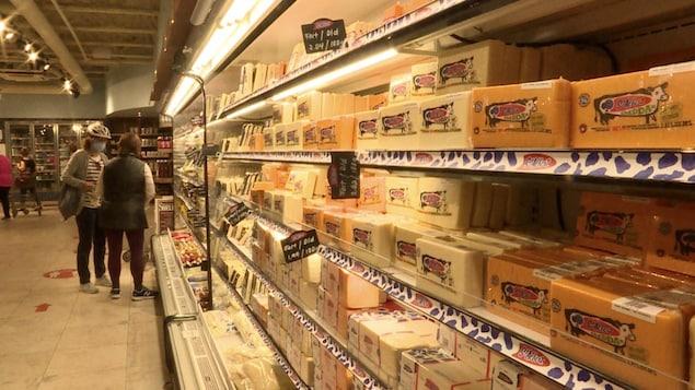 Des produits en vente dans la boutique rattachée à une fromagerie de l'est ontarien.