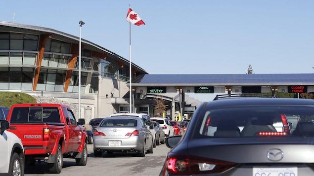 Des voitures font la queue à la frontière.