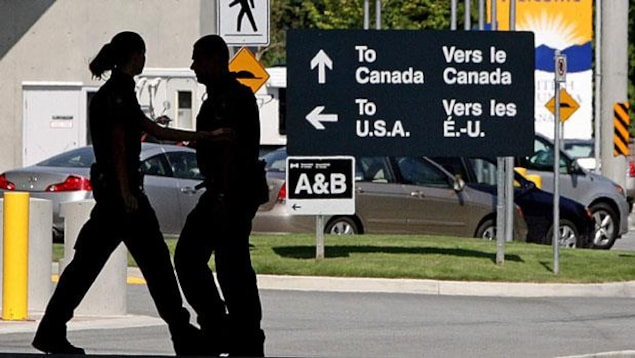 Un poste frontière entre le Canada et les États-Unis.