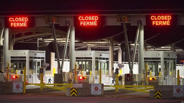 Un poste frontalier fermé entre les États-Unis et le Canada.