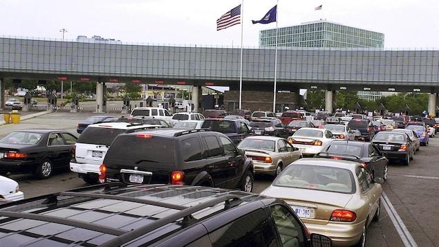 Des dizaines d'automobiles prises dans une congestion au point d'entrée de Niagara Falls.