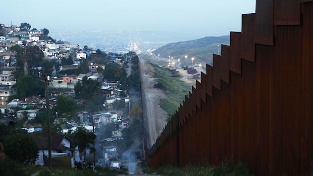 Un mur d'acier sépare le Mexique des États-Unis sur plusieurs kilomètres.