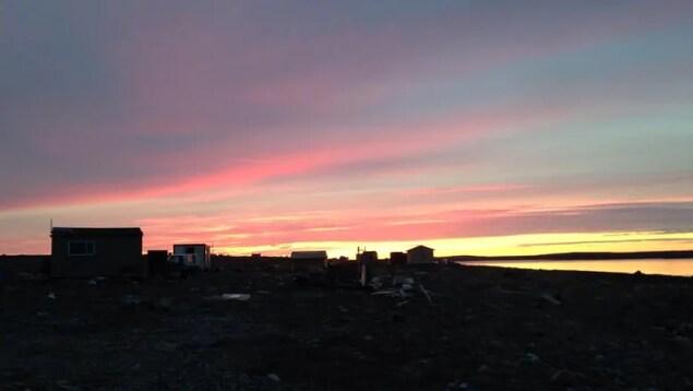 Coucher de soleil sur la petite ville de Rankin Inlet.