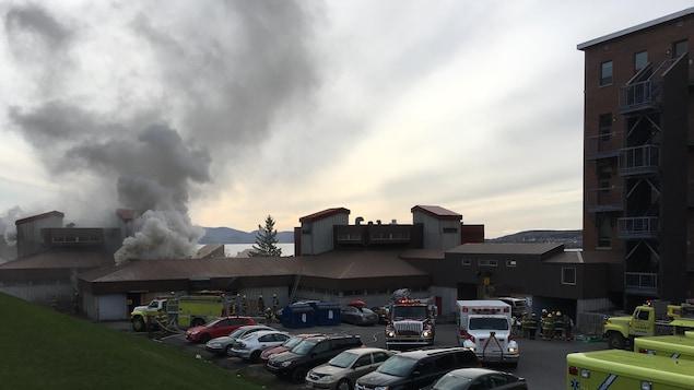 Fumée qui sort d'un bâtiment.