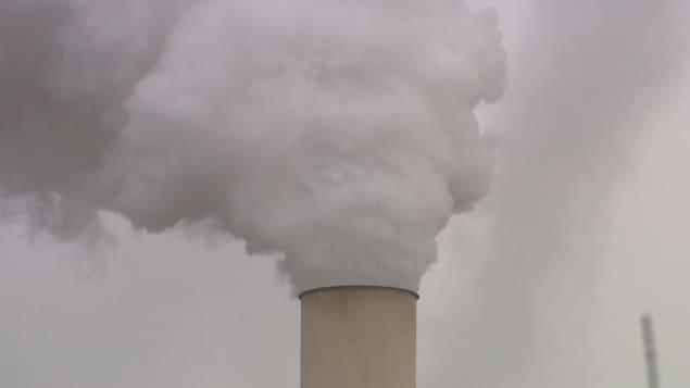 De la fumée émanant d'une cheminée.