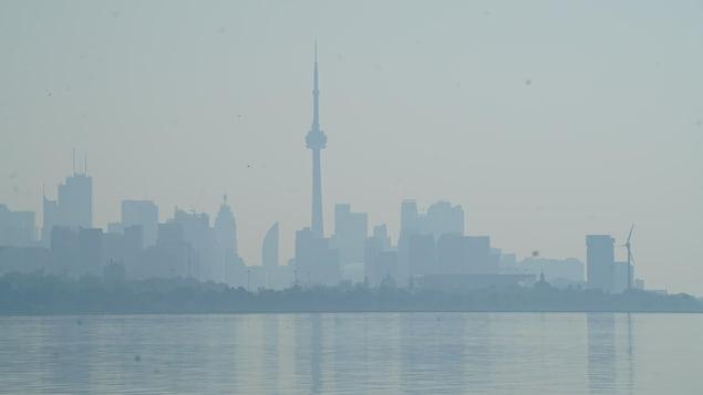 2021 年 7 月 26 日,安大略省北部森林大火的烟雾笼罩着多伦多。