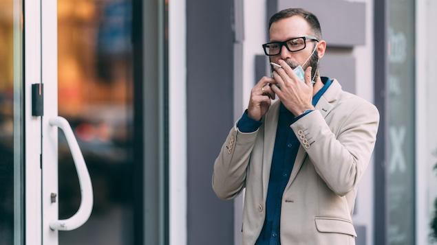 Un fumeur qui porte un masque.