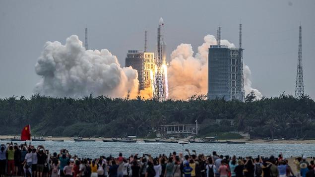 Décollage la fusée chinoise Longue Marche 5B.