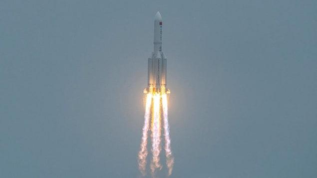 Une fusée s'élève dans le ciel.