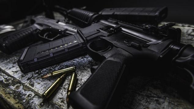 Une arme et des munitions.