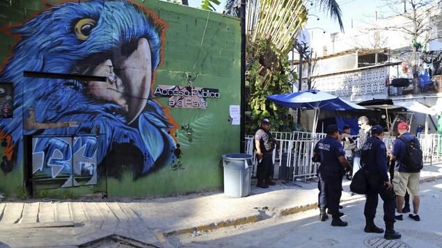Des policiers devant le bar Blue Parrot à Playa del Carmen au Mexique.
