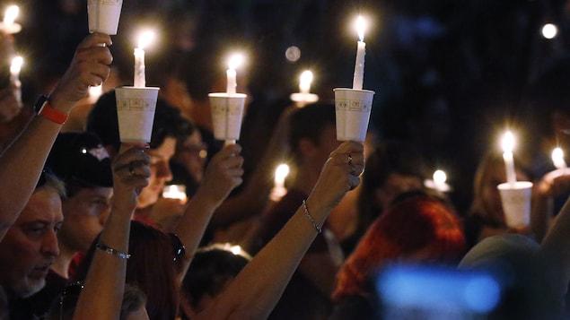 Au moins un millier de personnes ont assisté à une veillée aux chandelles, jeudi soir, en hommage aux 17 personnes tuées dans une fusillade en Floride.