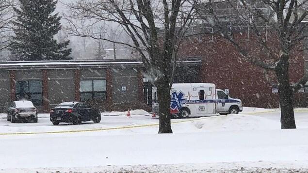 Une ambulance et un périmètre de sécurité se trouvent devant le poste de police de la PPO à Morrisburg