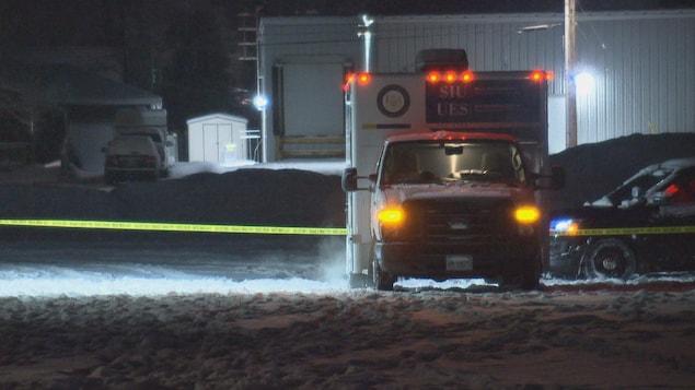 Un camion de l'Unité des enquêtes spéciales (UES) stationné devant un poste de police à Morrisburg.