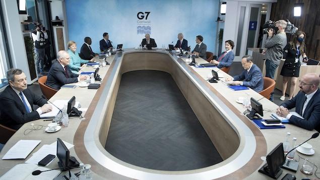 Les dirigeants du G7 assis autour d'une table de travail.
