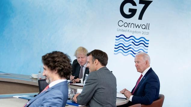 Les dirigeants du Canada, de la France, des États-Unis et de la Grande-Bretagne sont assis autour d'une table.