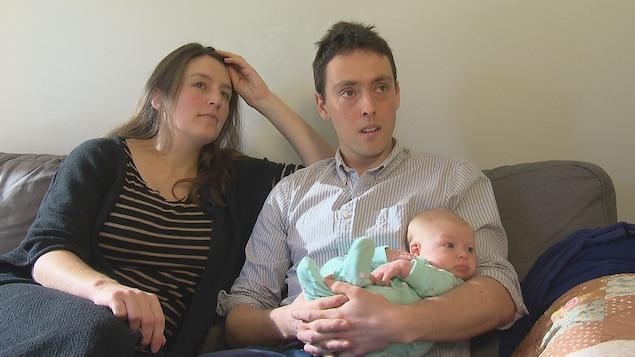 Tessa Wilson-Ewing, Gabriel Arsenault et leur petite fille Éloïse se battent pour garder leur appartement à Moncton.
