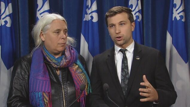 Les deux co-porte-paroles de Québec solidaire, Manon Massé et Gabriel Nadeau-Dubois, lors d'un point de presse à l'Assemblée nationale, le lundi 23 octobre 2017.