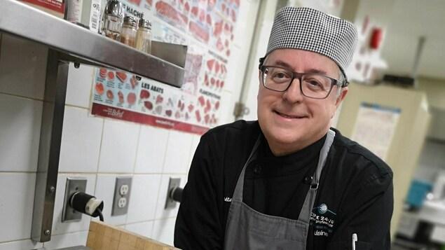 Gaétan Bérubé porte l'habit de cuisinier.