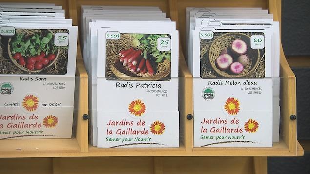 Les semences des Jardins de la Gaillarde dans un présentoir.