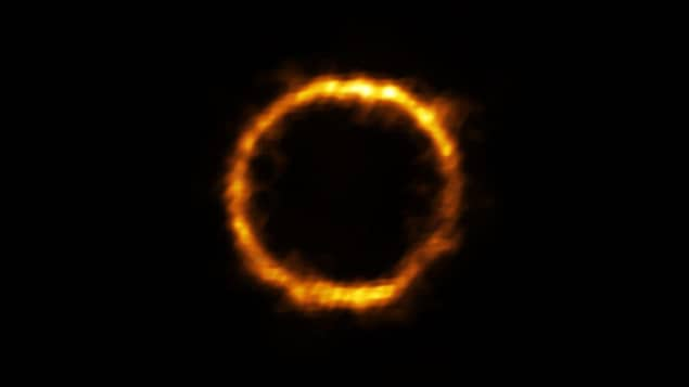 Un anneau de lumière sur fond noir.