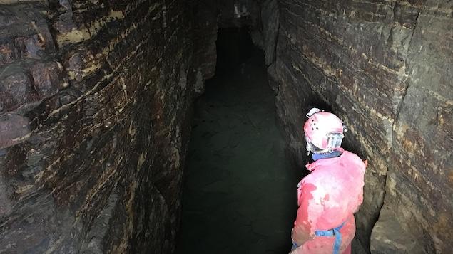 Un homme debout dans une grotte à Saint-Léonard.