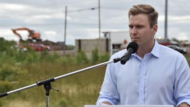Brian Gallant donne une conférence de presse devant un chantier de construction