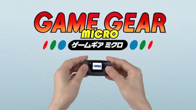 Image de promotion de la Game Gear Micro, où l'on voit deux mains qui tiennent une toute petite console portable.