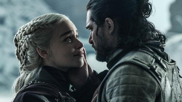 Un homme et une femme se regardent.