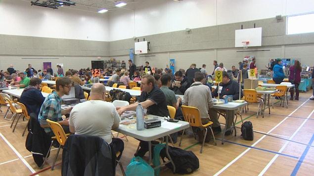 Des joueurs font l'essai de jeux de société lors d'une convention à Winnipeg.