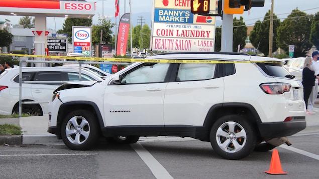 Une jeep blanche arrêtée avec des cordons jaune autour