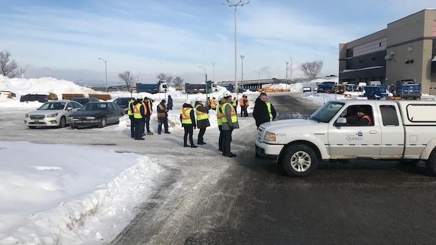 Des employés municipaux évacués d'un garage municipal à Québec, le 18 février 2019