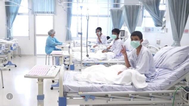 Trois jeunes Thaïlandais dans une chambre d'hôpital.