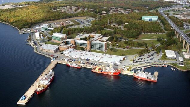 Vue aérienne des installations de la Garde côtière dans le port d'Halifax.