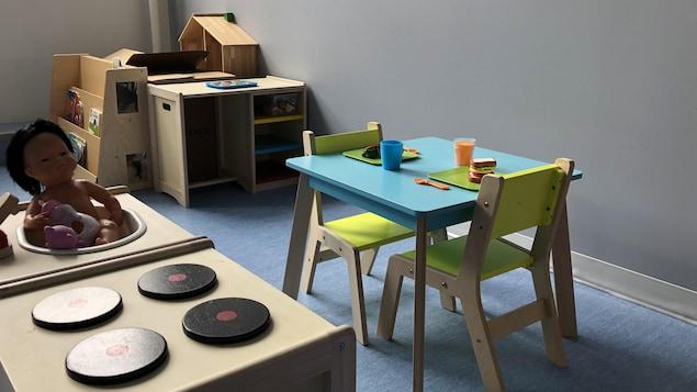 Une table vide dans une garderie avec des jeux.