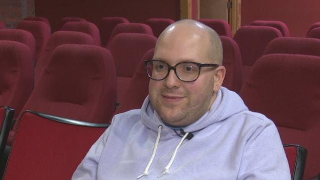 Laurent Gariépy en entrevue dans la salle de cinéma.