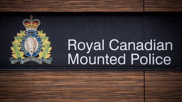 Un enseigne de la Gendarmerie royale du Canada.