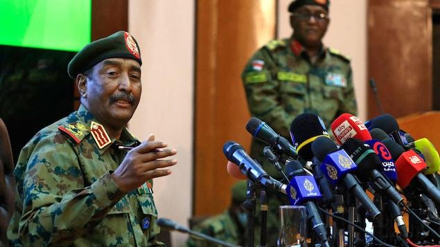 Le général parle aux journalistes.