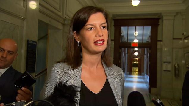 Geneviève Guilbault parle aux journalistes.